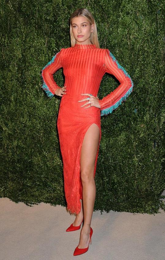 Ani pozvánky na důležité módní společenské akce ji nemíjejí, zda na jedné charitativní, kterou pořádal právě v textu zmíněný magazín Vogue.