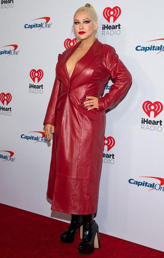 Christina vyrazila na červený koberec v červeném koženém kabátu.