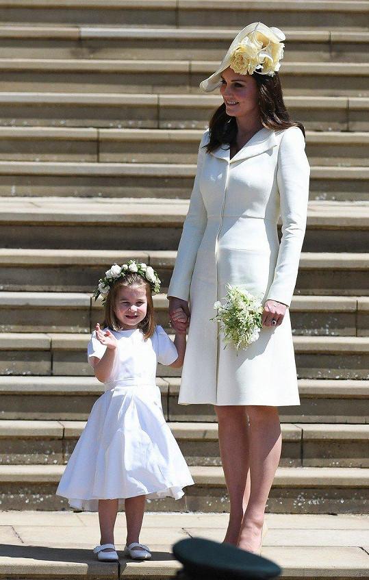 Stejné šaty, jen světlounce žlutý odstín, Kate oblékla i na květnovou svatbu švagra Harryho a Meghan Markle.