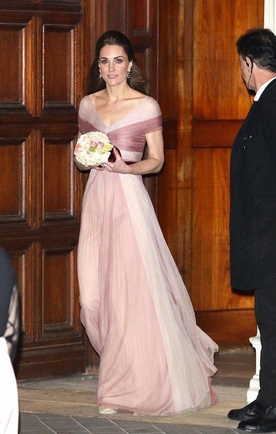 Kate oblékla růžové šaty.