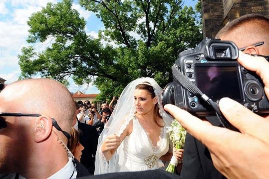 Alena Šeredová vchází do kostela.