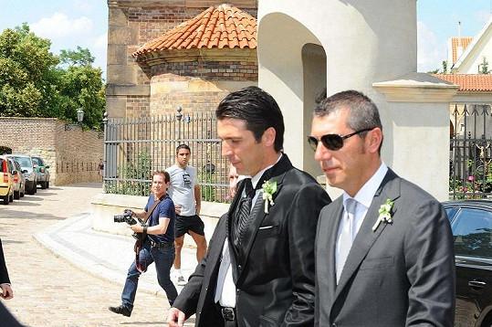 Gigi jde do kostela.