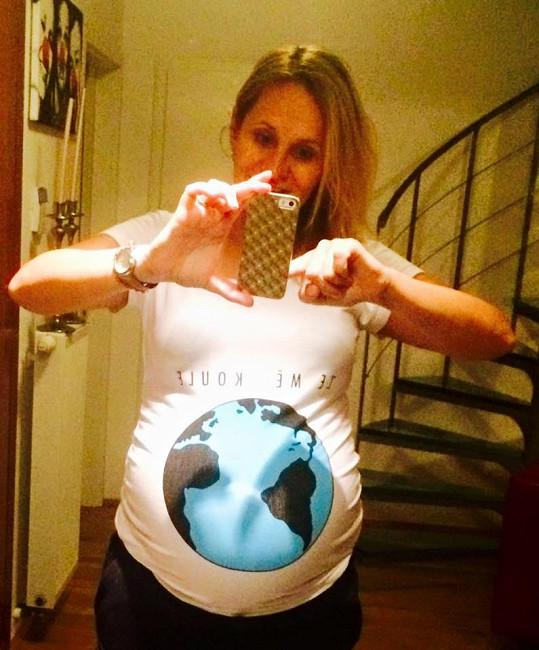 Těhotná Monika Absolonová se pochlubila parádním tričkem.