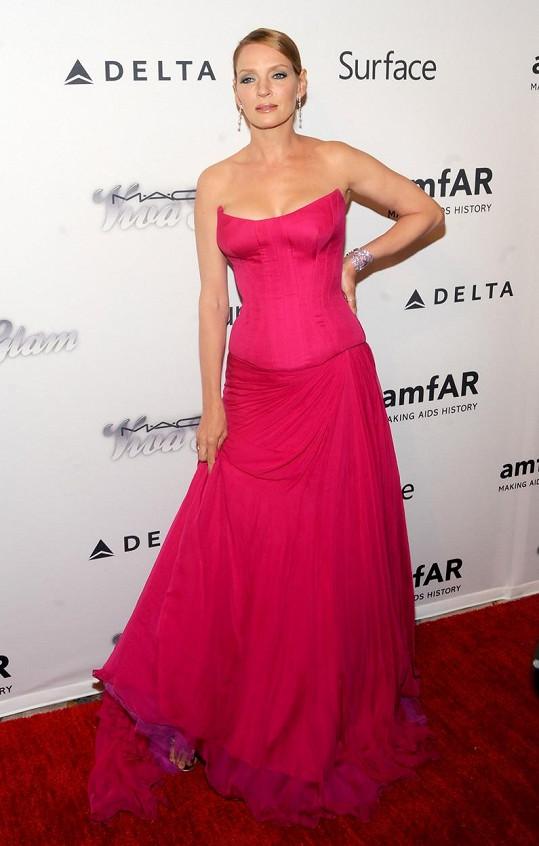 Podobně napěchovaný dekolt měla i v růžových šatech.