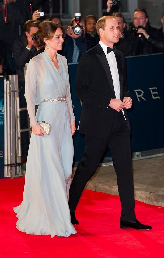 V těchto šatech zavítala Kate na premiéru bondovky Spectre. Kvůli odhaleným zádům si pod ně nemohla vzít spodní prádlo.