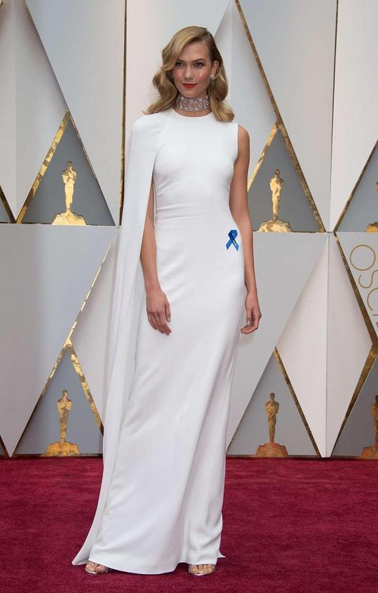 Ve sněhobílé nádheře od Stelly McCartney s elegantní vlečkou si mohla být supermodelka Karlie Kloss jistá, že bude na rudém koberci jedinečná.