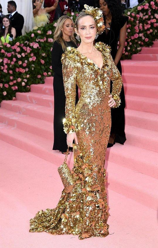 Pohled na šaty z krčeného zlatého lamé od Michaela Korse na herečce Emily Blunt bral dech.