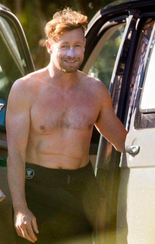 Simon Baker si vyrazil na surf na pláž do Byron Bay.