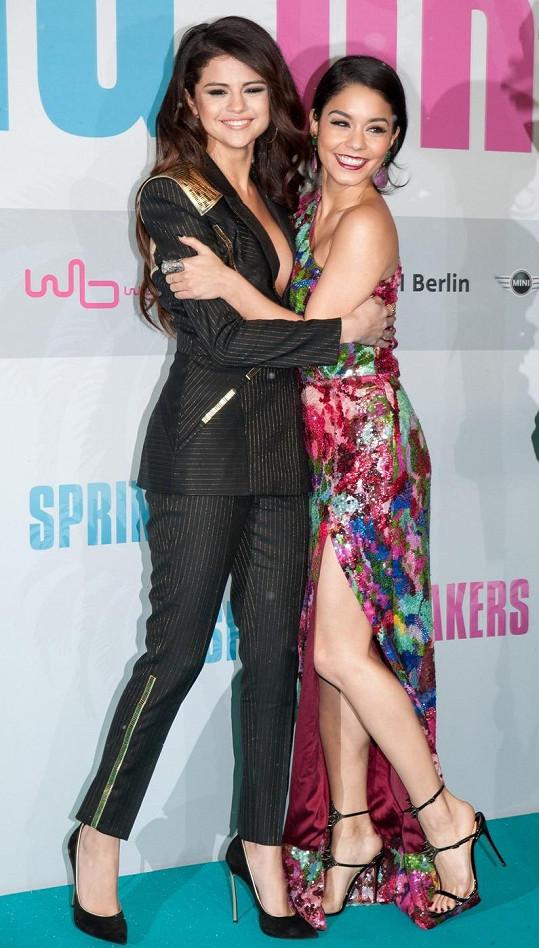 Selena s Vanessou Hudgens.