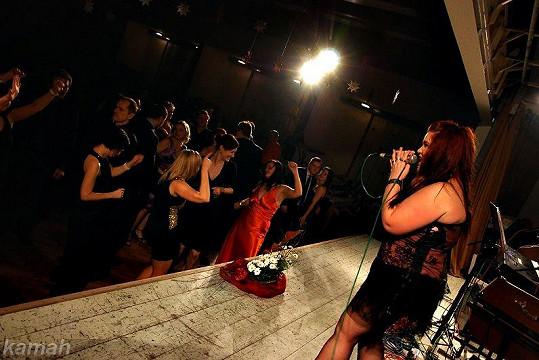 Zpěvačka dostala plesající hosty do varu.