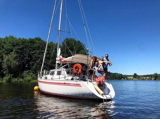 Letní dny si Míra Hejda s manželkou a přáteli užívá na Lipně.