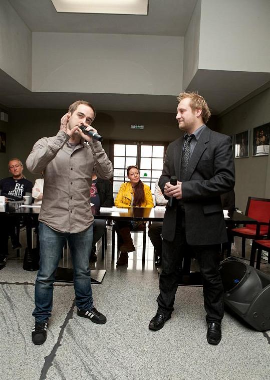 Na tiskovce muzikálu Kapka medu pro Verunku zazpíval Petr jednu z písní.