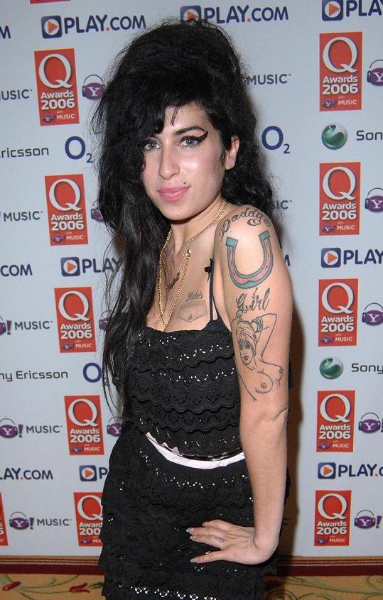 Amy Winehouse si od Kat nechala vytetovat nahotinku.