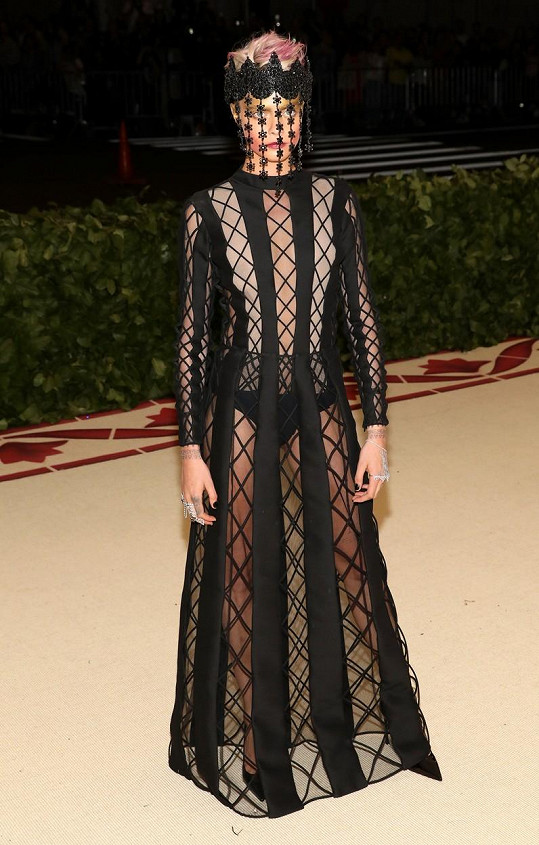 """V roce 2018 byla tématem Met Gala """"božská zjevení"""" a propojení církve a módy. Modelka Cara Delevingne jako by se tehdy nechala trochu unést inkvizicí a šokovala přítomné v modelu od Diora..."""
