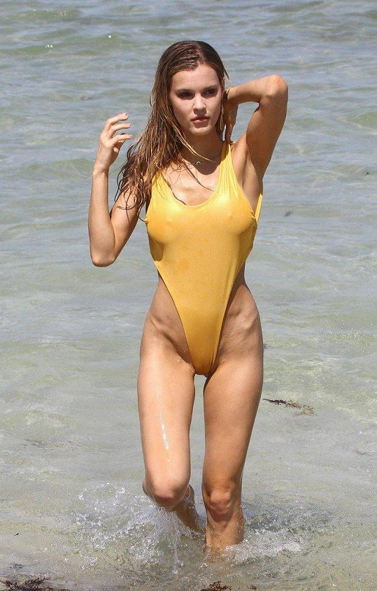 Postava Joy Corrigan je pro plavky jako stvořená.