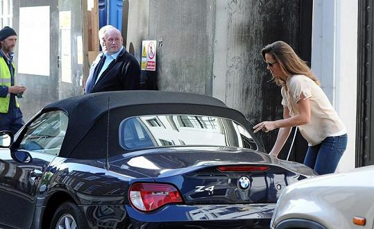 Pippa Middleton parkuje v zákazu stání.
