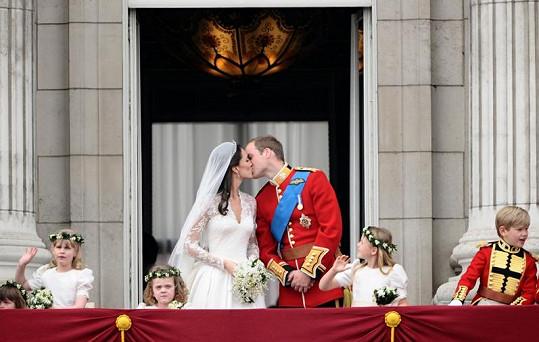 Sladký novomanželský polibek. Dav si však vynutil další a delší.