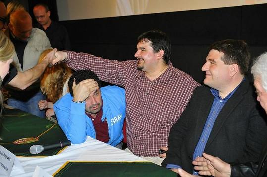 Martin Dejdar se na tiskovce Bastardů 2 tvářil zděšeně. Vyhládlo mu? Vpravo od něj Tomáš Magnusek a producent a režisér filmu Jan Lengyel.