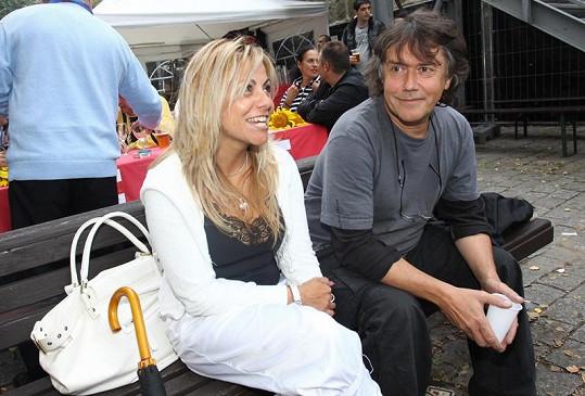 Marek Brodský se svou zdravotní sestřičkou na vycházce.