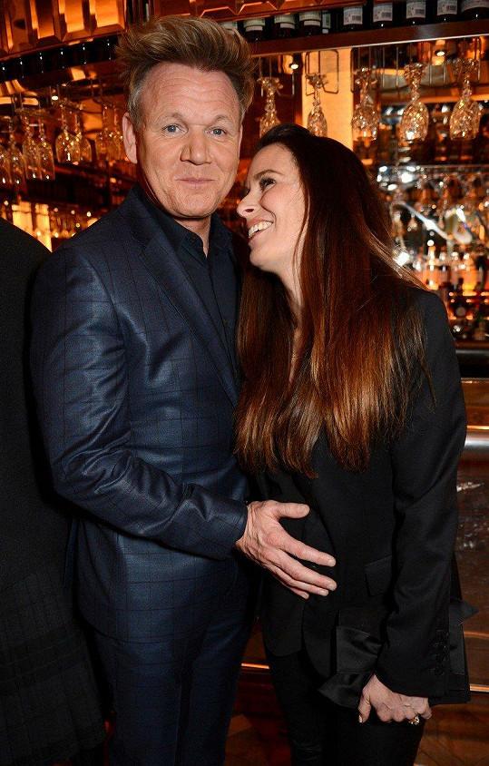 Gordon Ramsay si těhotnou manželku na večírku hlídal.