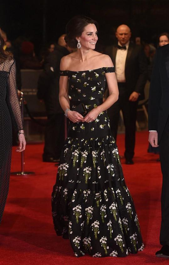 I s garderobou jí pomáhala královna.