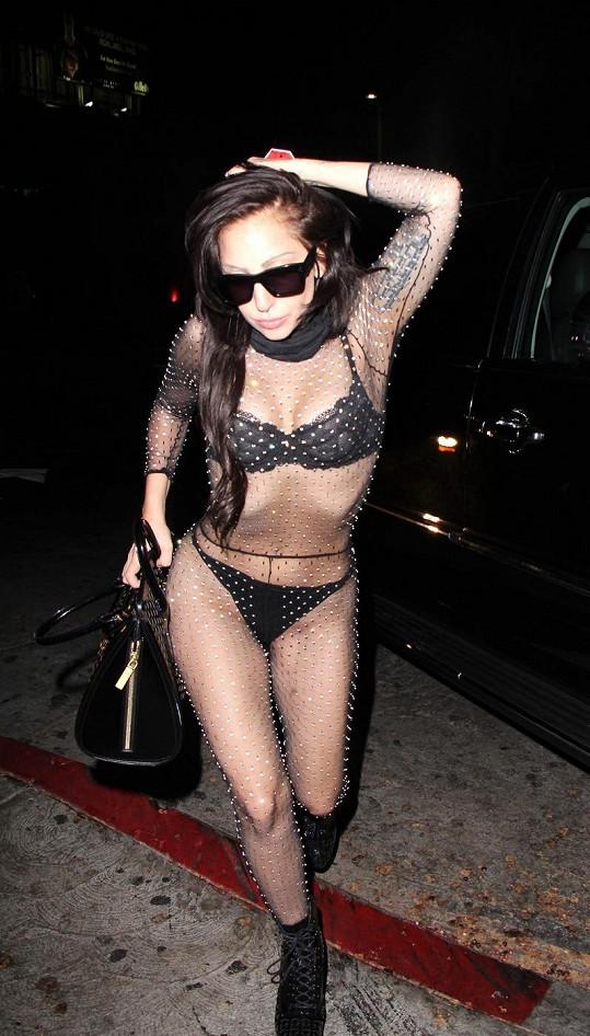 Lady Gaga v oblečku, jenž je možná inspirovaný Britney Spears a jejím klipem Toxic.