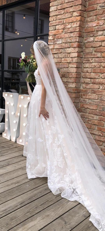 Nevěsta oblékla šaty od návrhářky Sandry Markové s třímetrovým závojem.