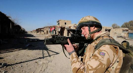 Princ Harry v Afghánistánu na snímku z roku 2008.