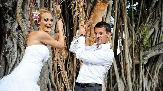 Bára Kolářová se na Mauritiu vdala za dlouholetého přítele Přemka Vidu.