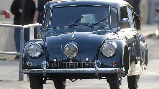 Řidičem této legendární Tatry 87 z roku 1938 je moderátor Jay Leno.