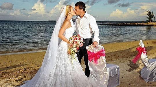 Bára Kolářová se za dlouholetého přítele Přemka Vidu vdala na Mauriciu.