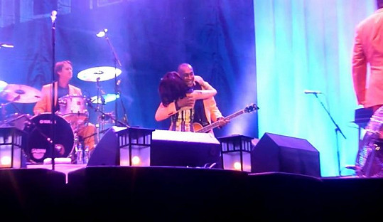 Amy Winehouse začala při koncertě nečekaně líbat a objímat kytaristu.