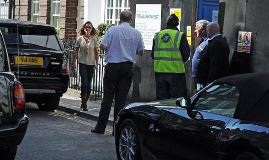 Pippa spěchá ke svému špatně zaparkovanému kabrioletu.