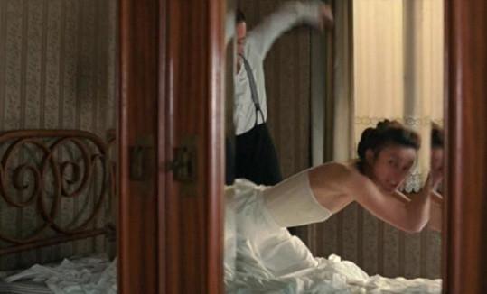 Rozvášněná Keira dostala ve filmu od svého milence pořádný výprask.