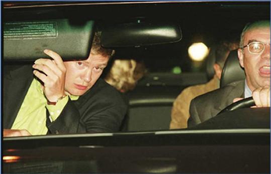 V autě cestovala s řidičem Henrim Paulem (vpředu vpravo), partnerem Dodim Al-Fayedem (vzadu vpravo) a bodyguardem Trevorem Reesem-Jonesem