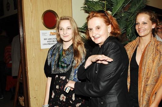 Eva Holubová se svou sedmnáctiletou dcerou (vlevo).