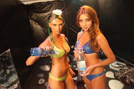 Modelky si během focení vyhrály i s vodou.
