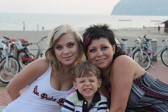 Dominika Stará s maminkou a bratrem na dovolené.