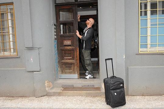 Karel musel otevřít druhé křídlo u vchodových dveří, aby stěhováci mohli projít.
