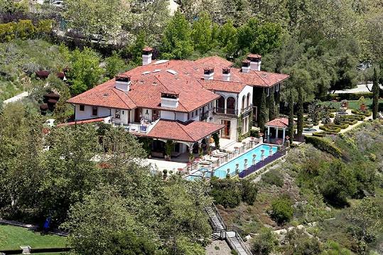 Letecký pohled na modelčinu rezidenci.