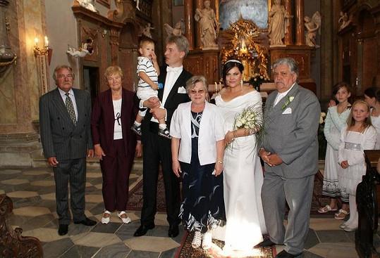 Šťastní novomanželé se svými rodiči a synem Danielem.