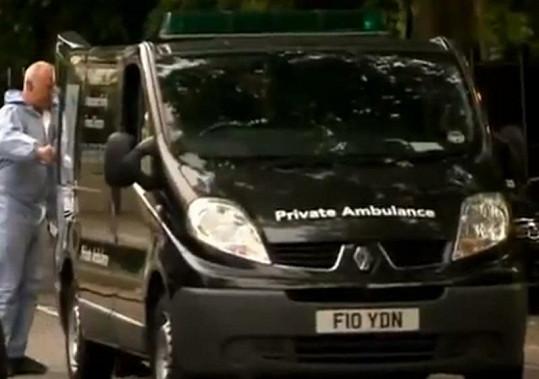 Vůz soukromé záchranky, který mrtvé tělo Amy odvezl.