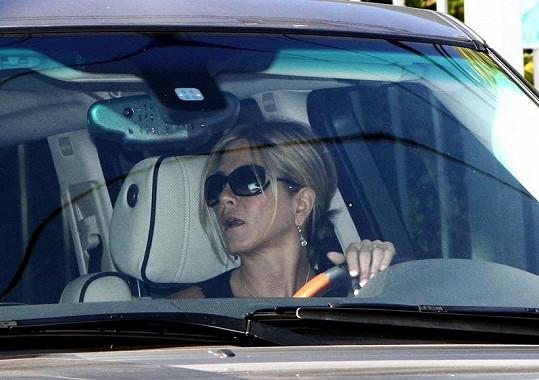 Jennifer Aniston ve svém Range Roveru s prstenem na prsteníčku levé ruky.