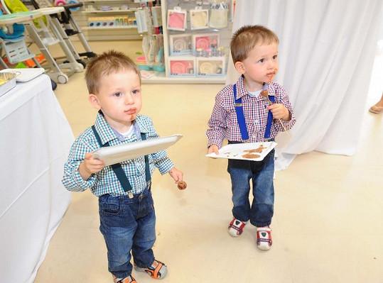Adámek a Honzík moderátorky Duchkové na otvíračce nového dětského obchodu v Letňanech.