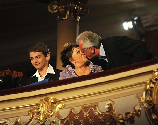 Jaromír Hanzlík pošeptal Jiřince přání do ucha a pak ji vášnivě políbil. Vlevo Bohdalové vnuk Vojtěch.