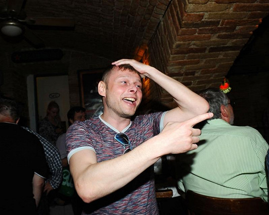 Jarek Šimek si rukou schovával neučesanou hlavu.