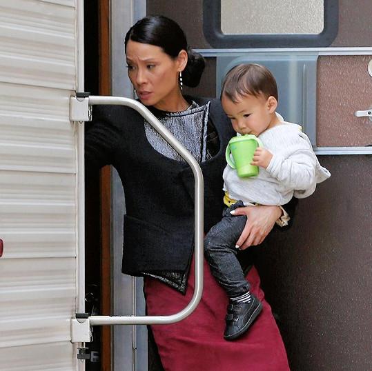Herečka Lucy Liu (48) bere občas svého malého synka na natáčení.