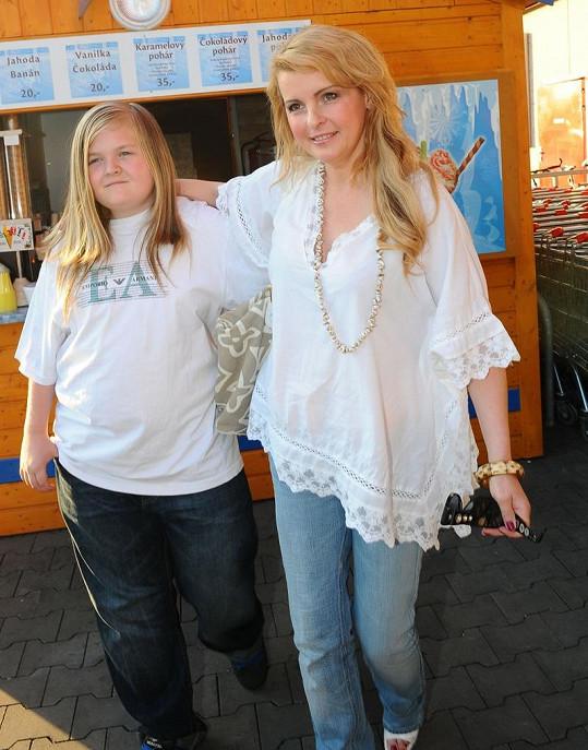 Se svou matkou Ivetou Bartošovou, kterou kdysi doprovázel na bicí.
