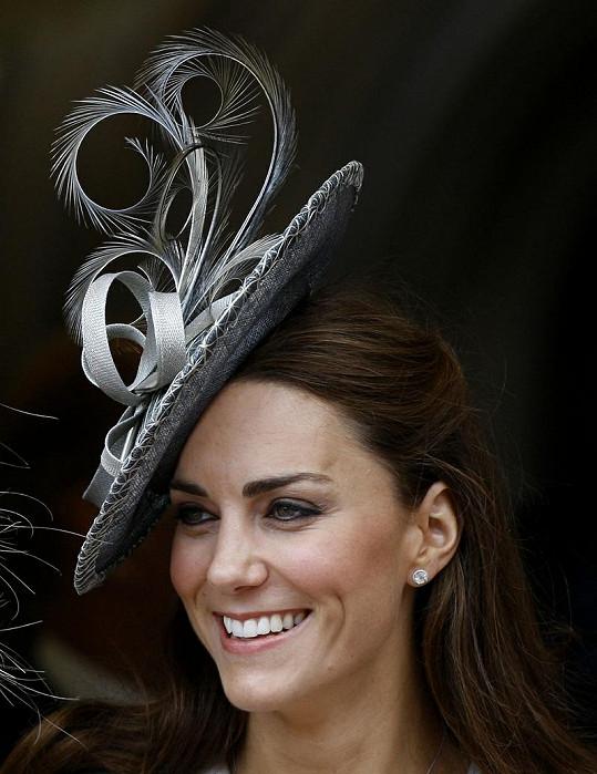 Kate si oblíbila netradiční klobouky. Není divu, když jí tak sluší.
