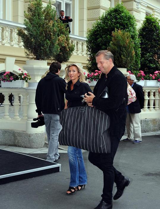 Petr Bendl s novou přítelkyní Petrou Filipovou se poprvé objevili společně na veřejnosti v Karlových Varech.